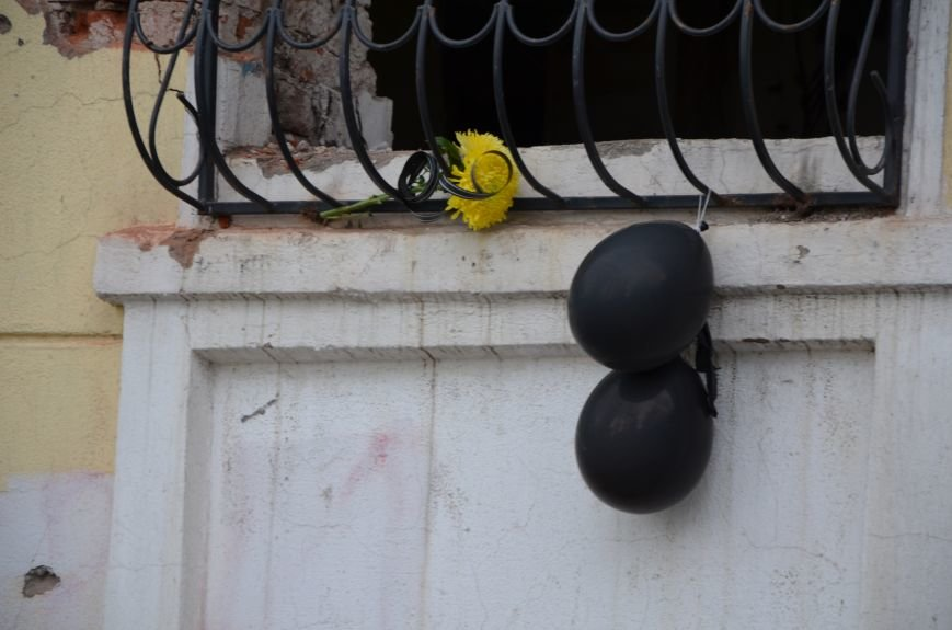 Мариупольцы двинулись с шарами, цветами и георгиевскими лентами к сгоревшему зданию ГУВД (ФОТО), фото-3