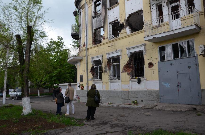 Мариупольцы двинулись с шарами, цветами и георгиевскими лентами к сгоревшему зданию ГУВД (ФОТО), фото-1