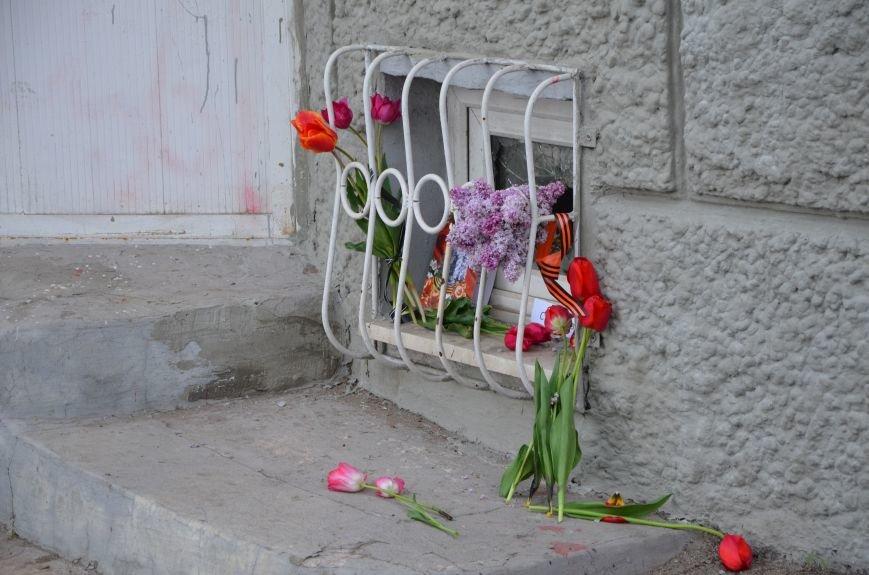 Мариупольцы двинулись с шарами, цветами и георгиевскими лентами к сгоревшему зданию ГУВД (ФОТО), фото-6