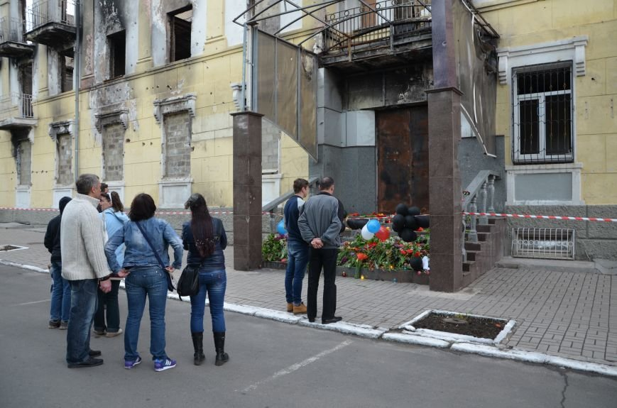 Мариупольцы двинулись с шарами, цветами и георгиевскими лентами к сгоревшему зданию ГУВД (ФОТО), фото-16