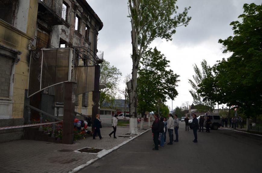 Мариупольцы двинулись с шарами, цветами и георгиевскими лентами к сгоревшему зданию ГУВД (ФОТО), фото-19