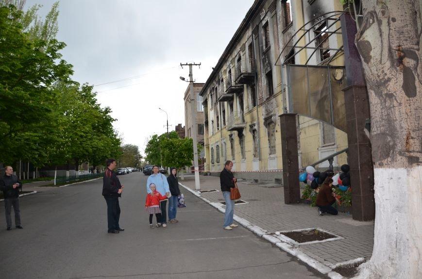 Мариупольцы двинулись с шарами, цветами и георгиевскими лентами к сгоревшему зданию ГУВД (ФОТО), фото-25