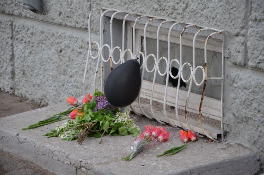 Мариупольцы двинулись с шарами, цветами и георгиевскими лентами к сгоревшему зданию ГУВД (ФОТО), фото-4