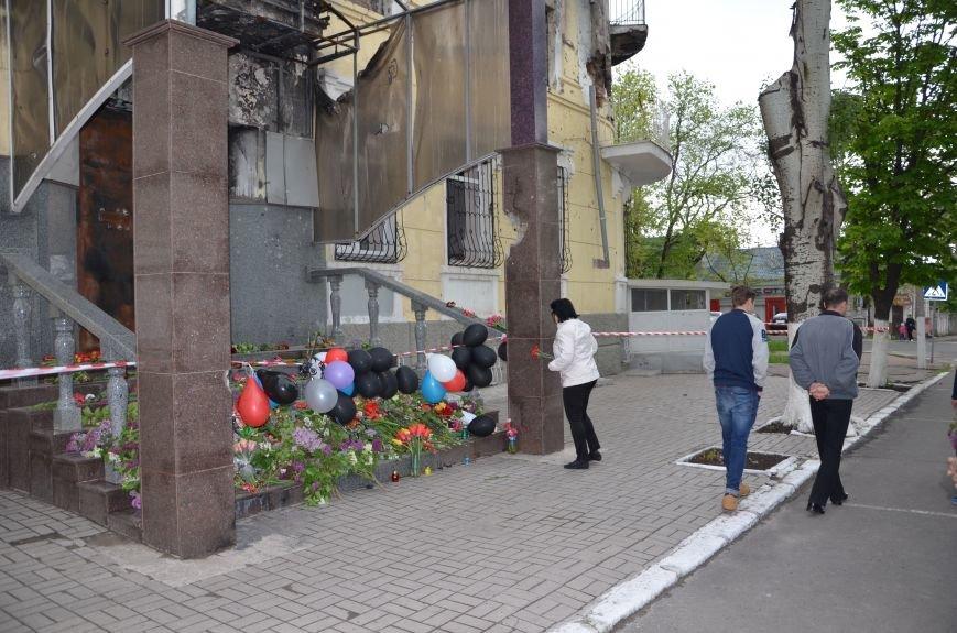 Мариупольцы двинулись с шарами, цветами и георгиевскими лентами к сгоревшему зданию ГУВД (ФОТО), фото-17