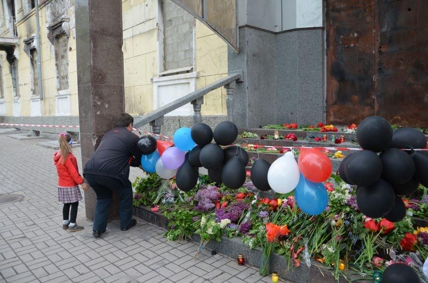 Мариупольцы двинулись с шарами, цветами и георгиевскими лентами к сгоревшему зданию ГУВД (ФОТО), фото-13