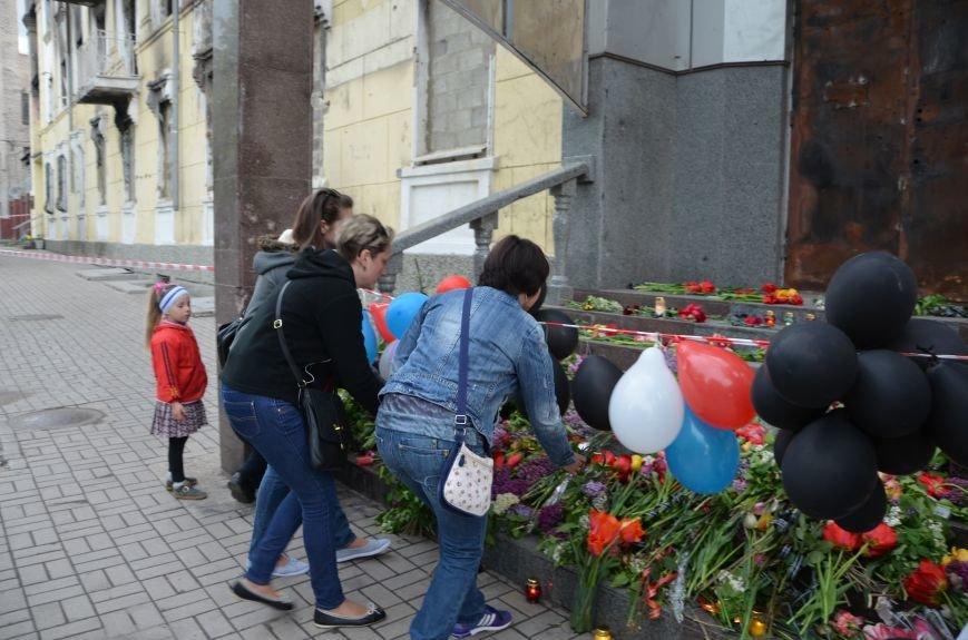 Мариупольцы двинулись с шарами, цветами и георгиевскими лентами к сгоревшему зданию ГУВД (ФОТО), фото-14