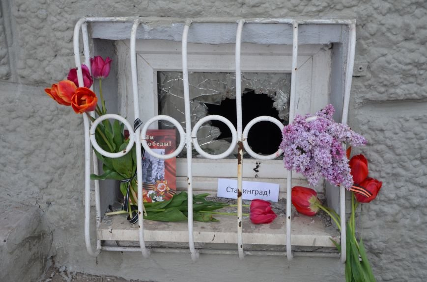 Мариупольцы двинулись с шарами, цветами и георгиевскими лентами к сгоревшему зданию ГУВД (ФОТО), фото-7