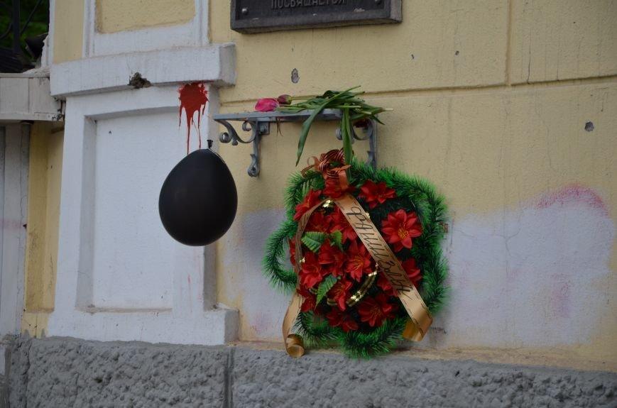 Мариупольцы двинулись с шарами, цветами и георгиевскими лентами к сгоревшему зданию ГУВД (ФОТО), фото-5
