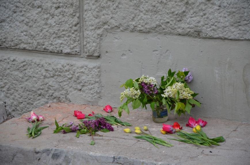 Мариупольцы двинулись с шарами, цветами и георгиевскими лентами к сгоревшему зданию ГУВД (ФОТО), фото-2