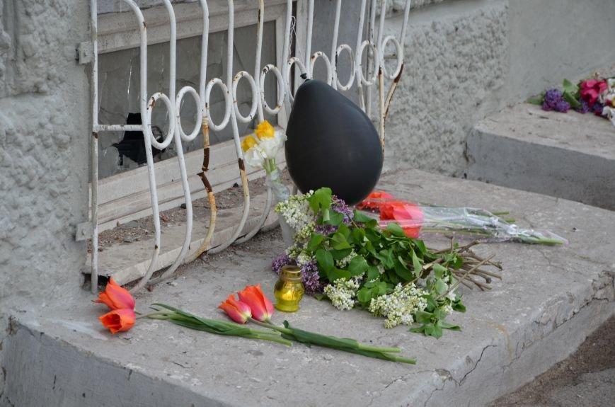 Мариупольцы двинулись с шарами, цветами и георгиевскими лентами к сгоревшему зданию ГУВД (ФОТО), фото-9