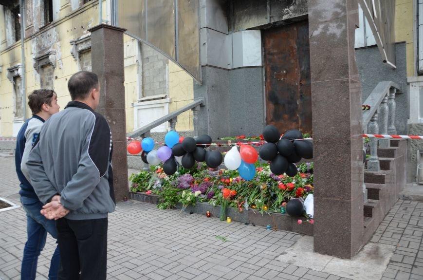 Мариупольцы двинулись с шарами, цветами и георгиевскими лентами к сгоревшему зданию ГУВД (ФОТО), фото-11