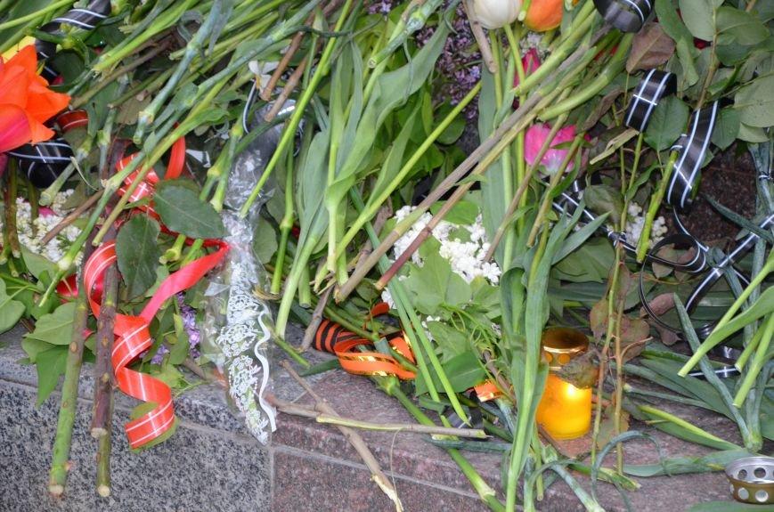 Мариупольцы двинулись с шарами, цветами и георгиевскими лентами к сгоревшему зданию ГУВД (ФОТО), фото-12