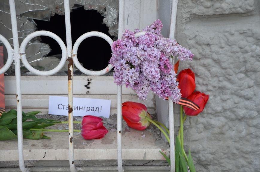 Мариупольцы двинулись с шарами, цветами и георгиевскими лентами к сгоревшему зданию ГУВД (ФОТО), фото-8