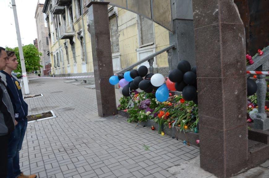 Мариупольцы двинулись с шарами, цветами и георгиевскими лентами к сгоревшему зданию ГУВД (ФОТО), фото-15