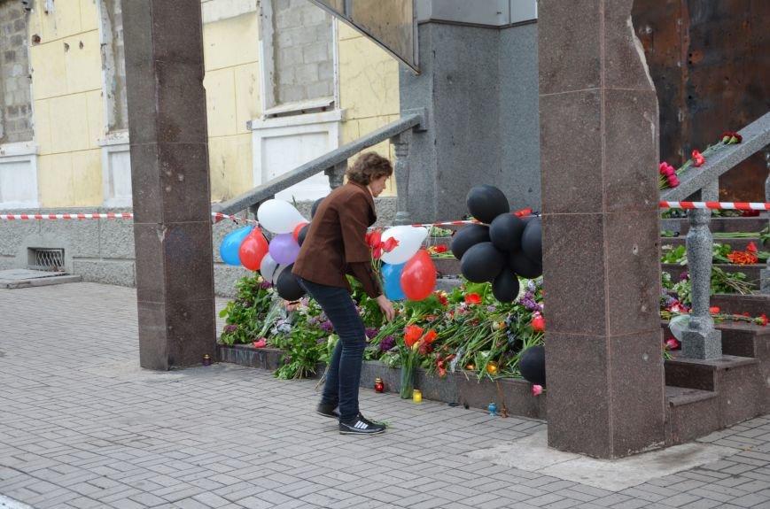 Мариупольцы двинулись с шарами, цветами и георгиевскими лентами к сгоревшему зданию ГУВД (ФОТО), фото-24