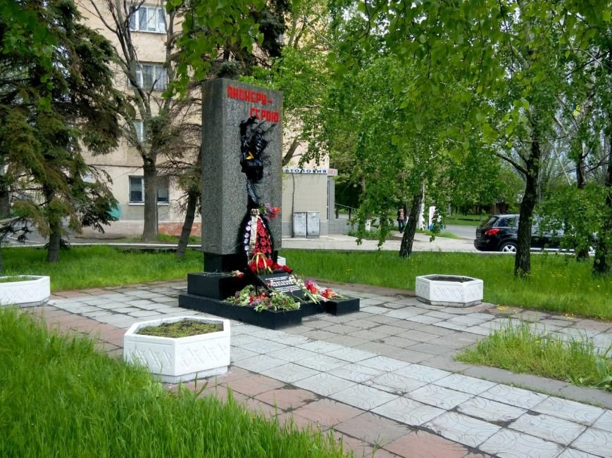 Мариупольцы усыпали цветами памятники героев войны (ФОТО) (фото) - фото 1
