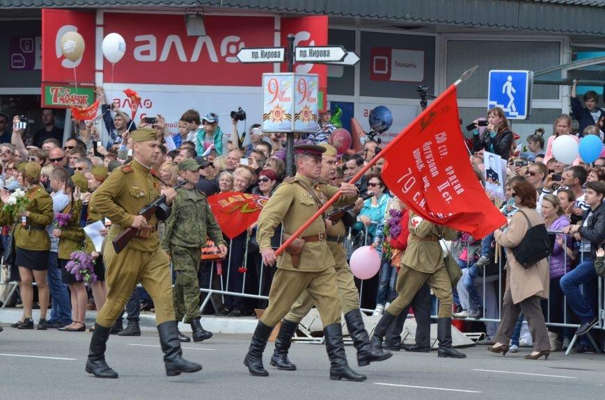 Десятки тысяч человек вышли на парад Победы в Симферополе (ФОТОРЕПОРТАЖ), фото-19