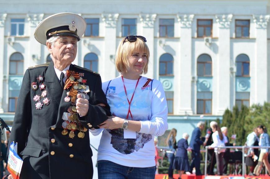 Десятки тысяч человек вышли на парад Победы в Симферополе (ФОТОРЕПОРТАЖ), фото-4