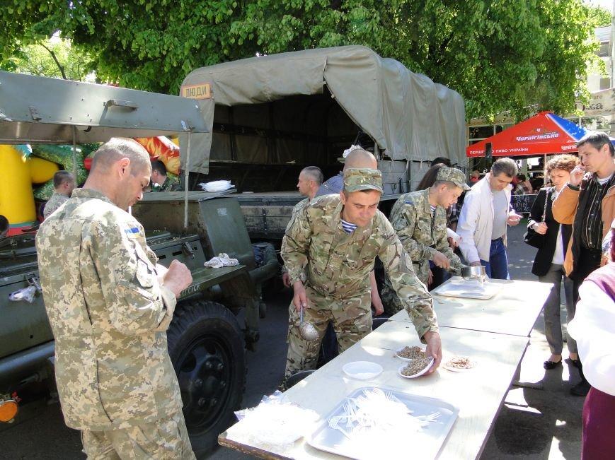 Хмельничан всіх без винятку пригощали смачною солдатською кашею (ФОТО) (фото) - фото 2