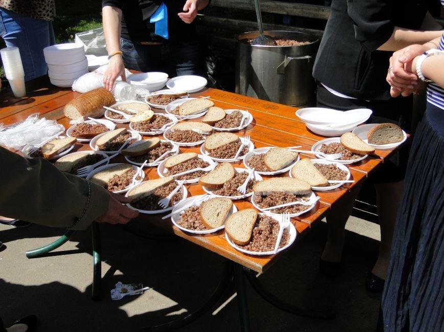Хмельничан всіх без винятку пригощали смачною солдатською кашею (ФОТО) (фото) - фото 5