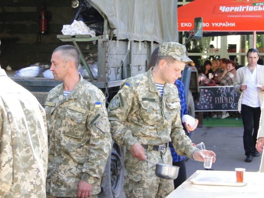Хмельничан всіх без винятку пригощали смачною солдатською кашею (ФОТО) (фото) - фото 1