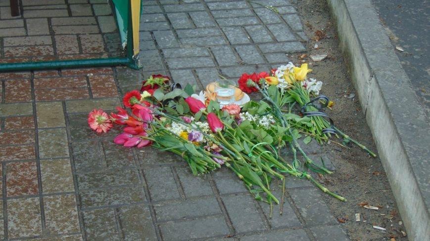 Жители города возложили цветы к месту ранения и гибели мариупольцев, попавших под обстрел 9 мая 2014 года на проспекте Ленина (ФОТОФАКТ) (фото) - фото 2