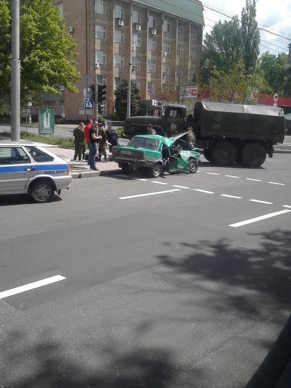 В центре Донецка грузовик боевиков «ДНР» раздавил «Жигули» (ФОТО) (фото) - фото 1
