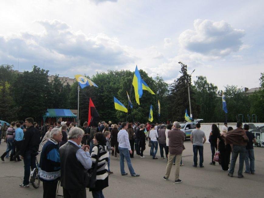 Памятник Ленину в Славянске средь бела дня обстреляли краской (фото) - фото 1