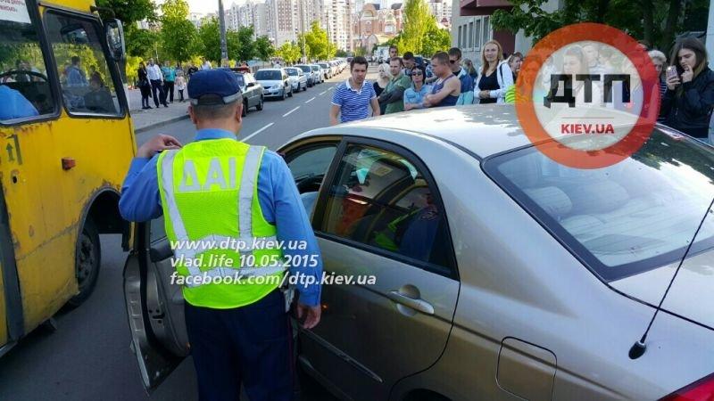На Оболони пьяный водитель устроил масштабное ДТП, в числе пострадавших 9-летний ребенок (ФОТО) (фото) - фото 1