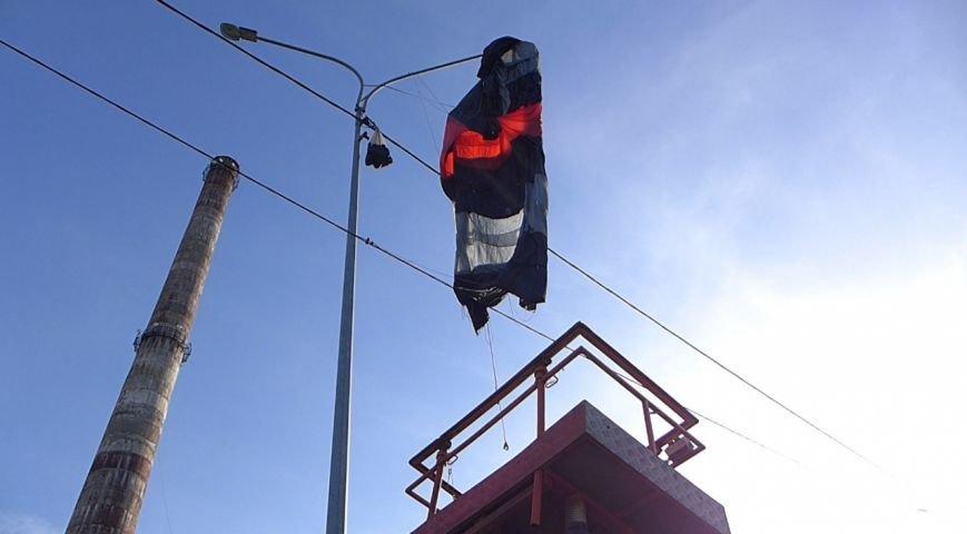 В Петербурге незадачливый парашютист повис на фонарном столбе (фото) - фото 1