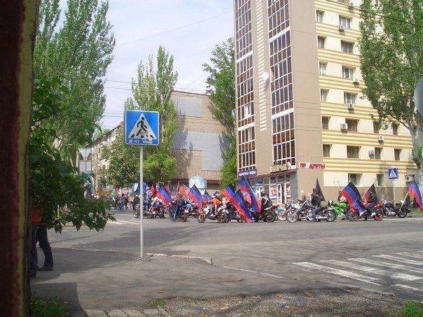 В торжественном шествии в Донецке приняли участие несколько десятков тысяч человек (фото) - фото 4
