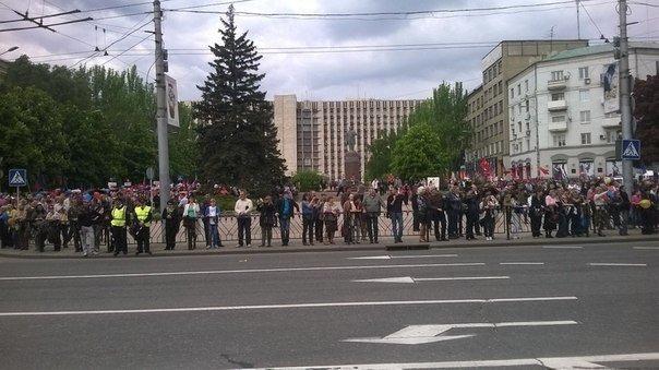 В торжественном шествии в Донецке приняли участие несколько десятков тысяч человек (фото) - фото 3
