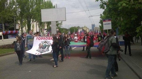 В торжественном шествии в Донецке приняли участие несколько десятков тысяч человек (фото) - фото 1