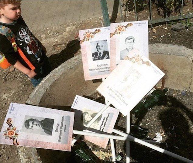 Скандал: фото «Бессмертного полка» после шествия в Москве нашли сваленными в кучу (фото) - фото 1