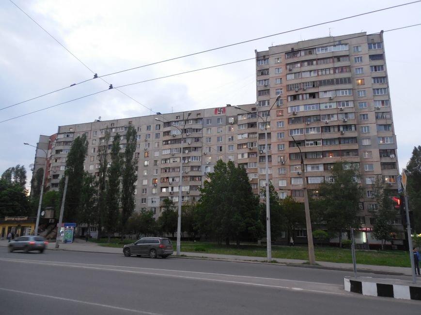 На Алексеевке на стене одной из высоток нарисовали огромную свастику (ФОТОФАКТ) (фото) - фото 1