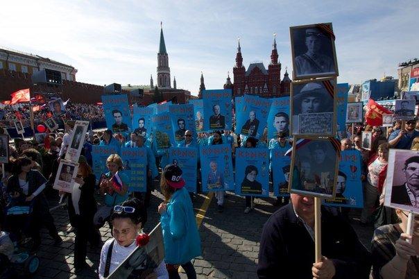 Крымские татары приняли участие в шествии «Бессмертного полка» на Красной площади в Москве (ФОТО, ВИДЕО) (фото) - фото 1