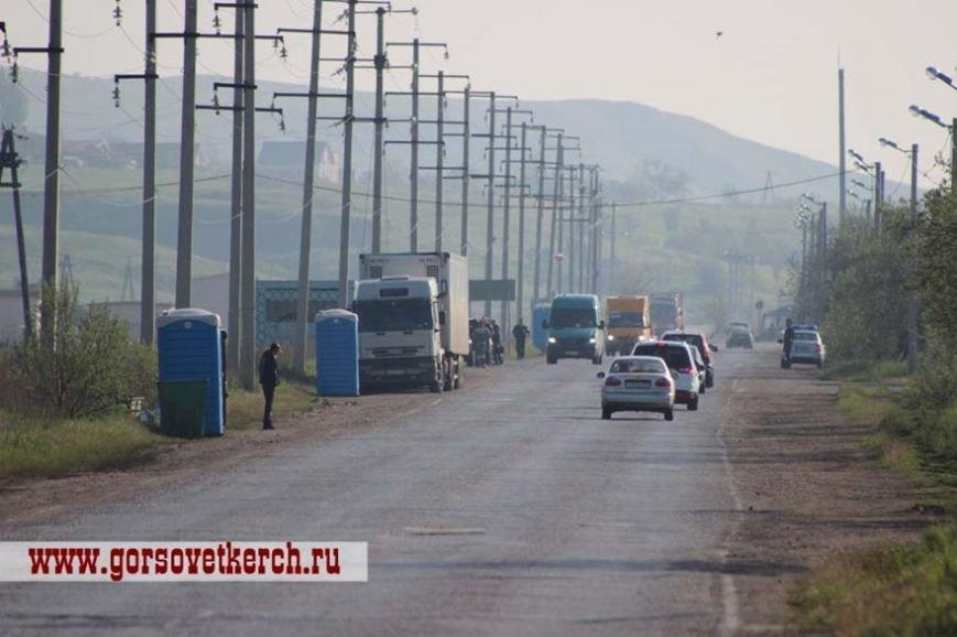 В праздничные дни для выезжающих из Крыма на переправе организовали пункты питания и установили туалеты вдоль дороги (ФОТО) (фото) - фото 1