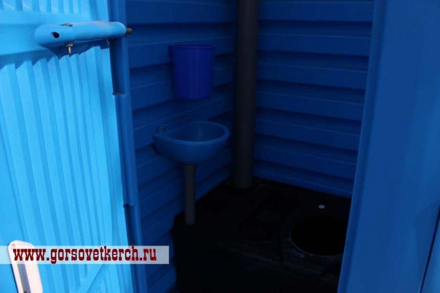 В праздничные дни для выезжающих из Крыма на переправе организовали пункты питания и установили туалеты вдоль дороги (ФОТО), фото-6