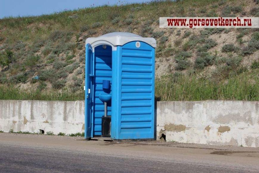 В праздничные дни для выезжающих из Крыма на переправе организовали пункты питания и установили туалеты вдоль дороги (ФОТО), фото-5