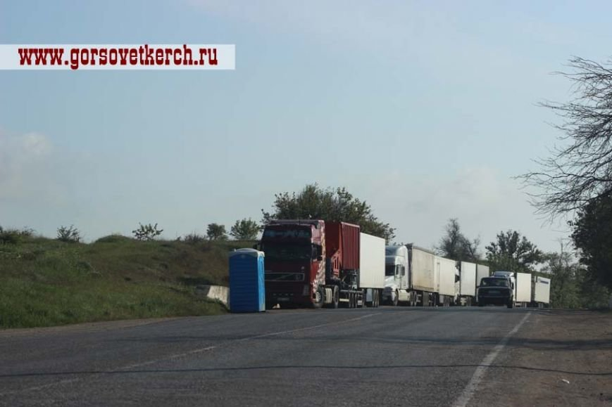 В праздничные дни для выезжающих из Крыма на переправе организовали пункты питания и установили туалеты вдоль дороги (ФОТО), фото-4