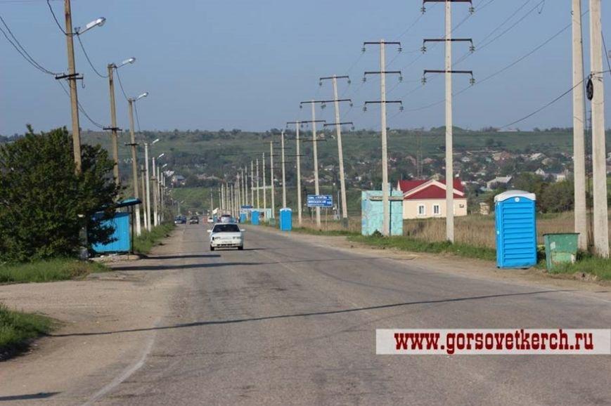 В праздничные дни для выезжающих из Крыма на переправе организовали пункты питания и установили туалеты вдоль дороги (ФОТО) (фото) - фото 2
