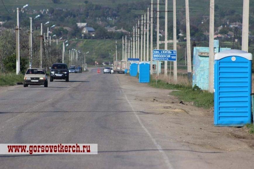 В праздничные дни для выезжающих из Крыма на переправе организовали пункты питания и установили туалеты вдоль дороги (ФОТО) (фото) - фото 3