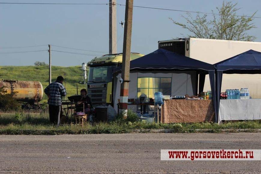 В праздничные дни для выезжающих из Крыма на переправе организовали пункты питания и установили туалеты вдоль дороги (ФОТО), фото-8