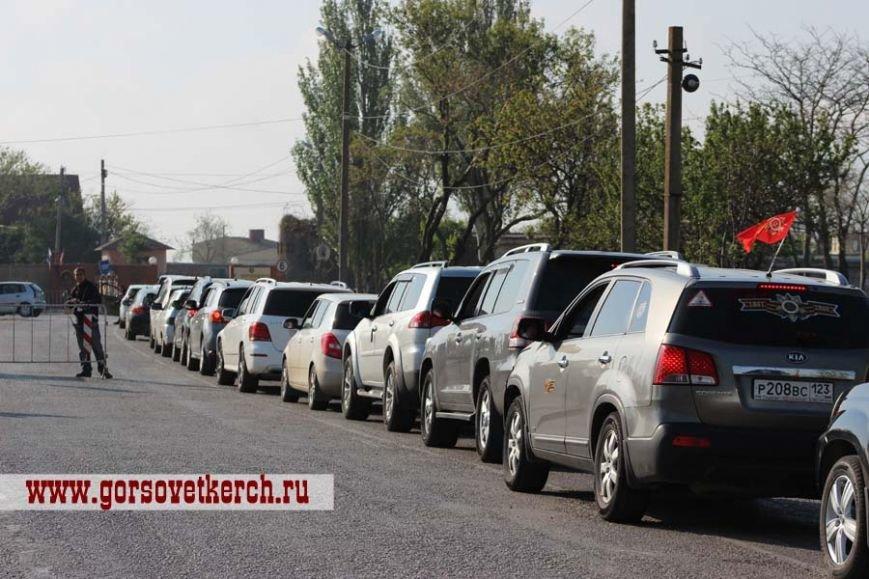 В праздничные дни для выезжающих из Крыма на переправе организовали пункты питания и установили туалеты вдоль дороги (ФОТО), фото-9