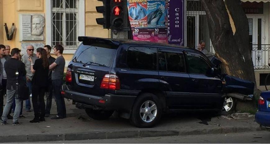 В центре Одессы внедорожник влетел в бетонный столб (ФОТО) (фото) - фото 1
