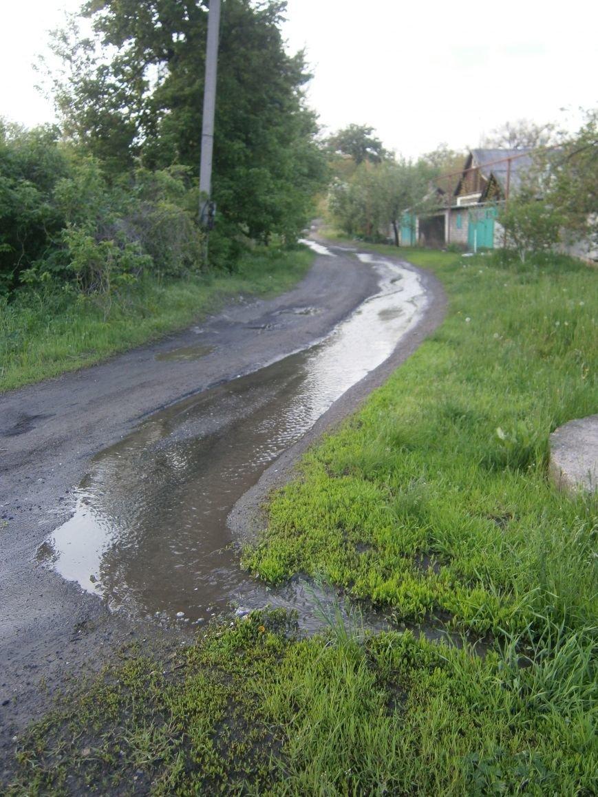 Сотни кубов воды текут по улицам Новатора в Димитрове, а в кранах горожан – маленькая струйка (фото) - фото 12