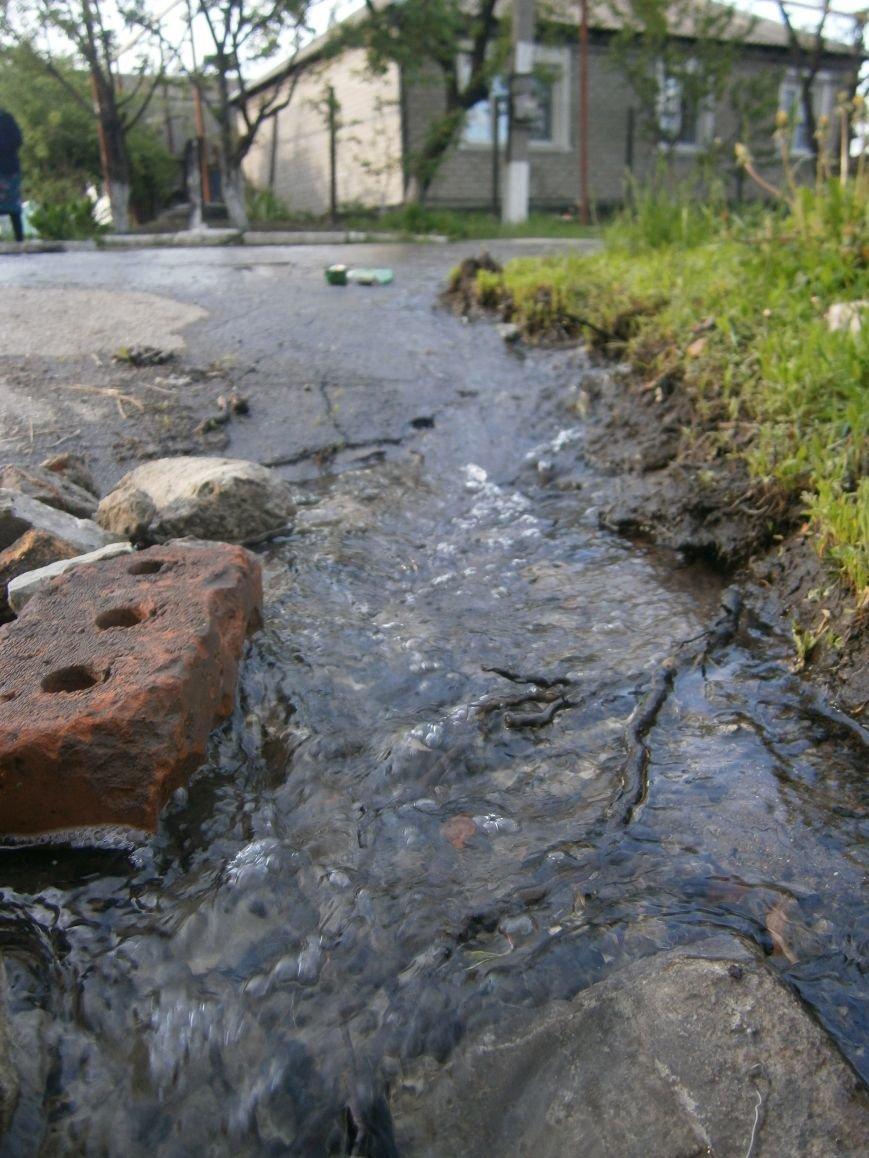 Сотни кубов воды текут по улицам Новатора в Димитрове, а в кранах горожан – маленькая струйка (фото) - фото 8