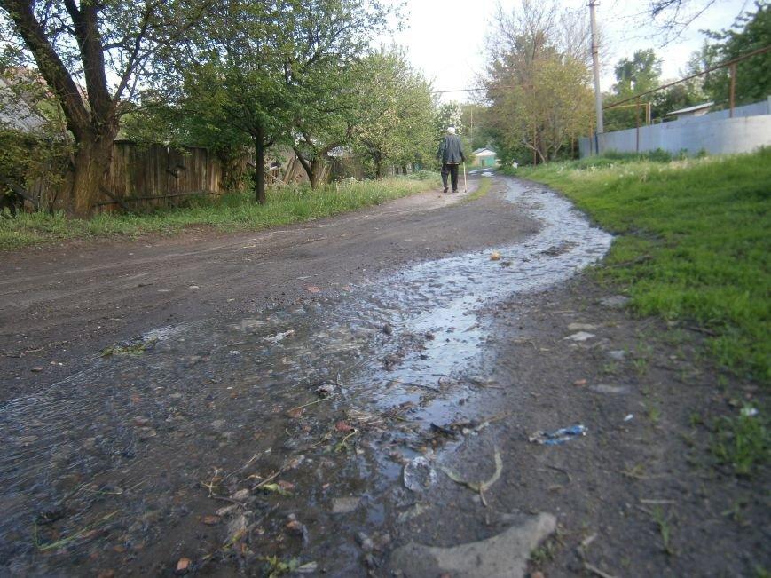 Сотни кубов воды текут по улицам Новатора в Димитрове, а в кранах горожан – маленькая струйка (фото) - фото 5