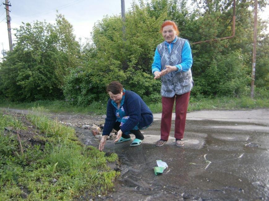 Сотни кубов воды текут по улицам Новатора в Димитрове, а в кранах горожан – маленькая струйка (фото) - фото 2