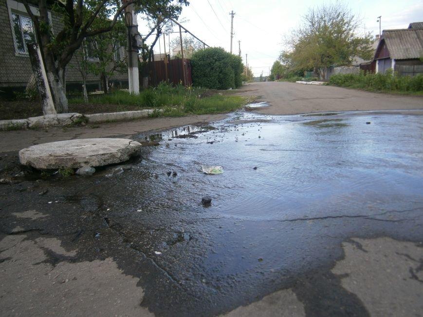 Сотни кубов воды текут по улицам Новатора в Димитрове, а в кранах горожан – маленькая струйка (фото) - фото 7